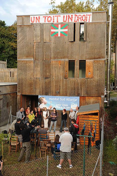 A Baiona le 21-10-2013.Conf de presse des squatters du 26 du quartier Plantoun sur leur eventuelle evacuation par la police.
